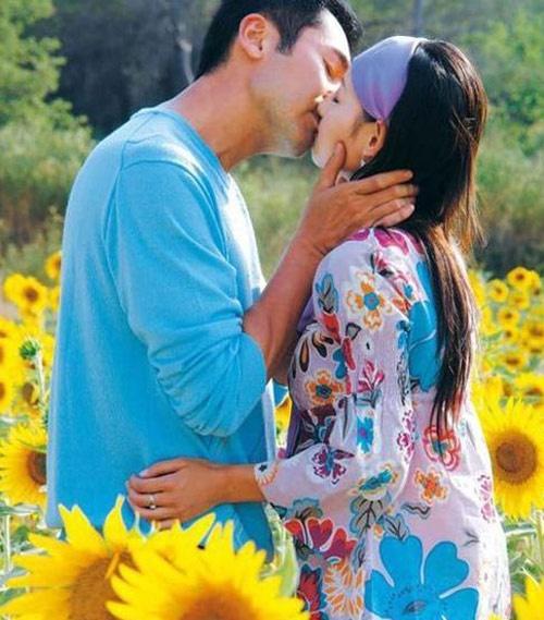 Trong bộ phim Lại gặp một thoáng mộng mơ (2007) chuyển thể từ tiểu thuyết Quỳnh Dao, 2 nhân vật Phí Vân Phàm và Uông Tử Lăng đã hôn đến 13 lần. Tuy cách nhau đến 24 tuổi nhưng Phương Trung Tín và Trương Gia Nghê đã thể hiện những cảnh này rất tình cảm giữa cánh đồng ngập hoa hướng dương, hoa Lavandula, thành cổ Paris…