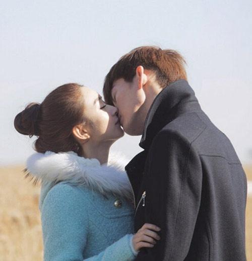 """Trương Hàn và Triệu Lệ Dĩnh đã thể hiện tình yêu của một chàng giám đốc lạnh lùng với """"cô bé Lọ lem"""" bằng 10 nụ hôn trong bộ phim Sam Sam đến rồi (2014). Những cảnh hôn này được khán giả khen rất lãng mạn."""