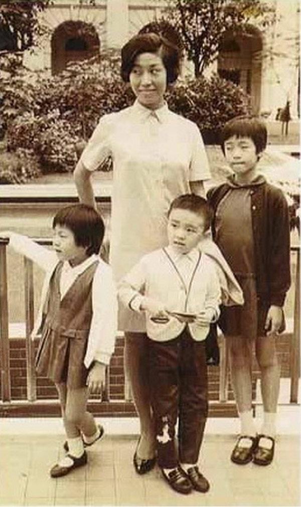 Bi mat thoi tho au buong binh cua Chau Tinh Tri hinh anh 1 Châu Tinh Trì cùng mẹ, chị và em gái thuở bé.