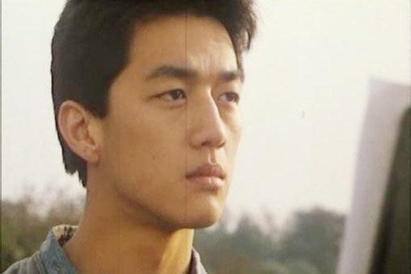 Năm 1992, khi vẫn đang là sinh viên của Học viện hí kịch Trung ương Trung Quốc, Lý Á Bằng đã được đạo diễn Từ Cảnh mời đảm nhận vai nam chính trong bộ phim điện ảnh Bằng chứng tuổi thanh xuân. Vai diễn do anh thể hiện là một thanh niên bị tàn tật đã dũng cảm vượt qua nghịch cảnh, làm chủ cuộc đời mình.