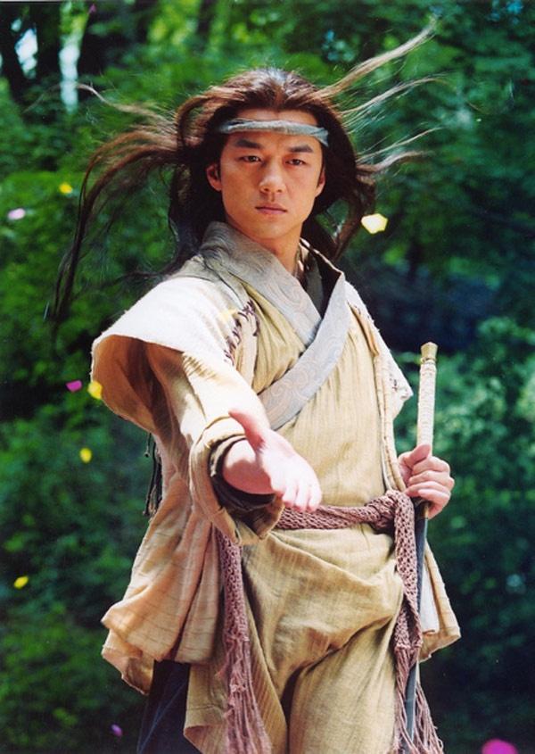 Năm 2000, Lý Á Bằng may mắn được nhà sản xuất Trương Kỷ Trung giao vai Lệnh Hồ Xung trong bộ phim truyền hình đầu tiên do Trung Quốc sản xuất, chuyển thể từ tiểu thuyết võ hiệp Tiếu ngạo giang hồ của nhà văn Kim Dung. Với nhân vật này, tên tuổi của Lý Á Bằng đã vượt ra khỏi biên giới Đại lục, được khán giả Hong Kong, Đài Loan và các nước Đông Nam Á biết đến.
