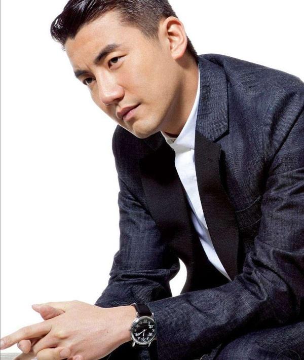 """Nhung chang Tieu sinh tuong lai cua man anh nho TVB hinh anh 9 Cũng như Trần Trí Sân, Hồng Vĩnh Thành xuất thân là MC trong một số chương trình của TVB trước khi chuyển sang đóng phim. Được lăng xê nên tuy chưa đầy một năm diễn xuất nhưng anh chàng sinh năm 1983 này đã được ngồi """"chiếu trên"""", đóng vai nam thứ chính trong các phim Đơn luyến song thành, Tinh nhắn tình yêu, Rào cản tình yêu…"""