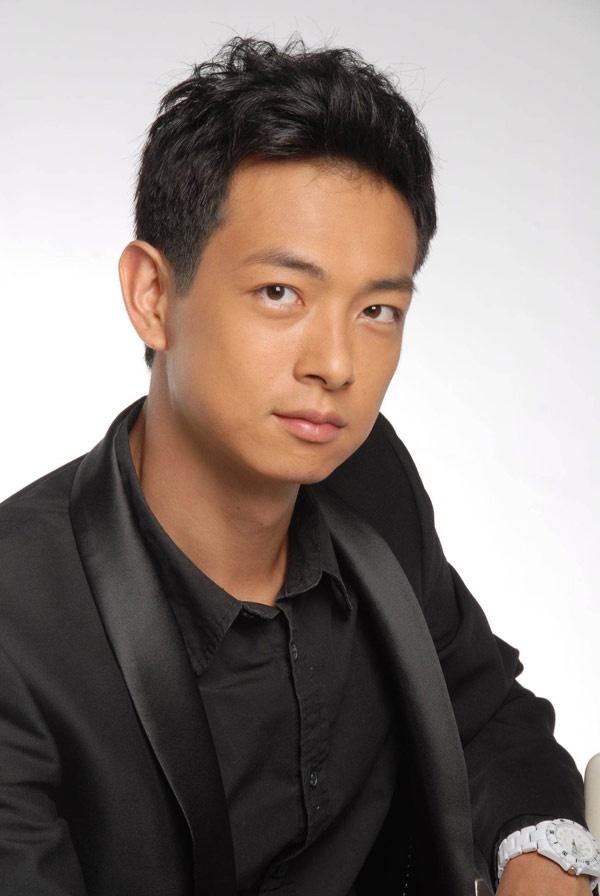 """Nhung chang Tieu sinh tuong lai cua man anh nho TVB hinh anh 5 Nhiều người đã bị gương mặt baby của Lương Liệt Duy """"đánh lừa"""" nên rất bất ngờ khi biết năm nay anh đã 35 tuổi, có đến 15 năm hoạt động nghệ thuật, thường xuyên phải """"cưa sừng làm nghé"""", đóng vai những cậu học trò ngỗ nghịch. Mãi đến năm 2012, sau 8 năm cộng tác cùng TVB, nam diễn viên sinh năm 1979 mới được khán giả thừa nhận """"đã trưởng thành"""" khi thể hiện tay súng cừ khôi Trang Trác Nguyên trong Phi hổ."""