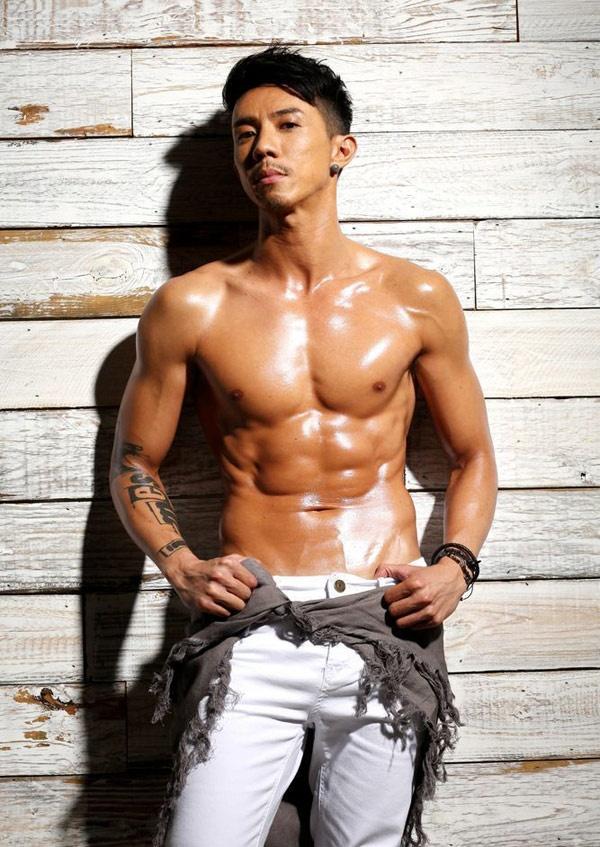 Nhung chang Tieu sinh tuong lai cua man anh nho TVB hinh anh 12 Về TVB năm 2012, nam diễn viên sinh năm 1980 ngay lập tức được lăng xê và anh đã chứng tỏ tài năng của mình ngay bộ phim truyền hình đầu tiên Anh họ cố lên, tiếp đó là Cự luân, Thực vi nô, Trung gian nhân… Ngoài diễn xuất trước ống kính với những nhân vật có cá tính mạnh, khoe body lý tưởng, Trương Kế Thông còn được TVB tin tưởng giao sáng tác ca khúc chủ đề phim.