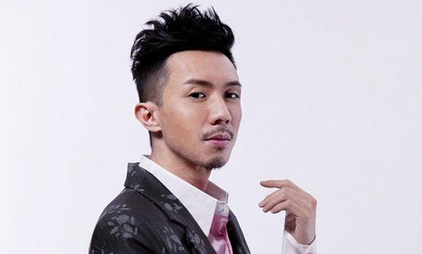 """Nhung chang Tieu sinh tuong lai cua man anh nho TVB hinh anh 11 Không có gương mặt """"môi đỏ má hồng"""" nhưng Trương Kế Thông sở hữu ngoại hình cá tính, từng được đào tạo chuyên nghiệp tại Học viện nghệ thuật Hong Kong, đã tham gia hơn 20 vở kịch, lồng tiếng cho hơn 10 bộ phim hoạt hình Hollywood, xuất hiện trên 100 chương trình truyền hình và phát hành 10 album nhạc cá nhân."""