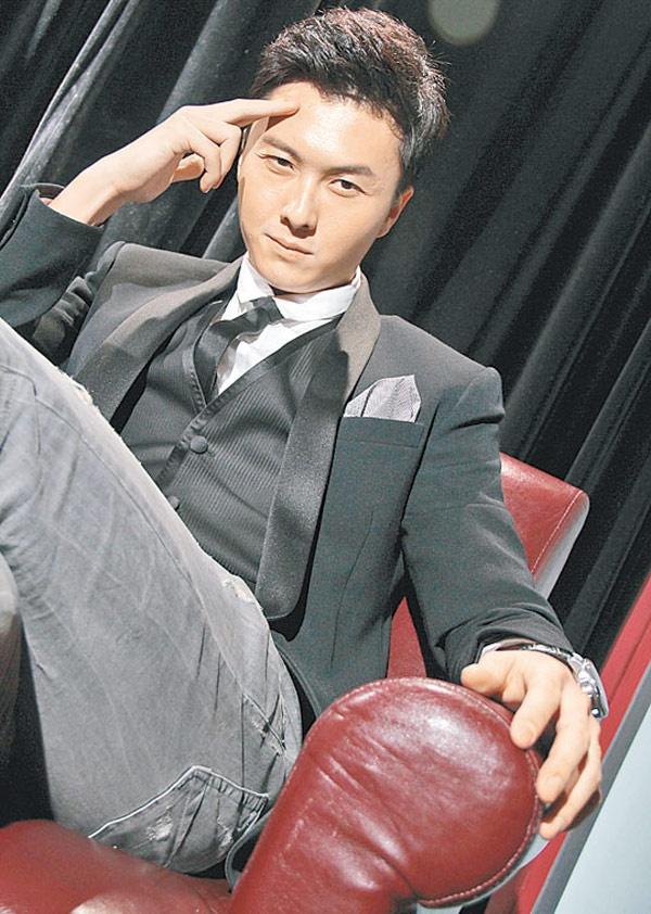 Nhung chang Tieu sinh tuong lai cua man anh nho TVB hinh anh 3 Xuất thân ca sĩ nhưng sự nghiệp hát hò không thuận lợi nên Vương Hạo Tín quyết định chuyển sang đóng phim. Ra mắt khán giả TVB trong bộ phim Mẹ chồng khó tính 2 (2008), nam diễn viên sinh năm 1983 đã đi từng bước nhỏ, dần dần chinh phục người xem.
