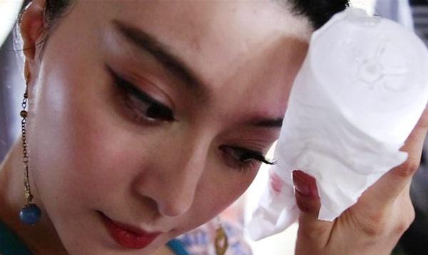 Trong một cảnh quay, Phạm Băng Băng bị thanh gỗ đập vào mặt khiến mí mắt bầm đen, phải chườm nước nóng liên tục