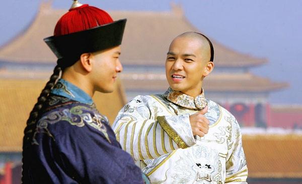 My nam 'Ben nhau tron doi' noi tieng nho vai thieu nang hinh anh 5 Hơn 10 năm qua, Chung Hán Lương luôn nằm trong top những nam diễn viên Hong Kong đắt show trên màn ảnh nhỏ Trung Quốc, phim nối phim. Anh được khán giả yêu thích qua các vai Lệ Nam Lý trong Hiệp cốt đan tâm, Nạp Lan Tính Đức trong Khang Hy bí sử, Khang Hy trong Lộc đỉnh ký 2008 (ảnh), Quan Hậu Phác trong Dưới gốc bồ đề, Phó Hồng Tuyết trong Thiên nhai minh nguyệt đao…