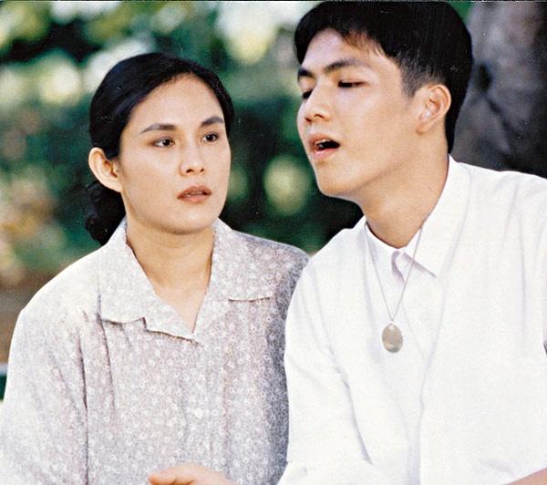 My nam 'Ben nhau tron doi' noi tieng nho vai thieu nang hinh anh 2 Chưa kịp nhảy múa, Chung Hán Lương đã bị những vai diễn cuốn đi, đáng chú ý nhất ở giai đoạn này là nhân vật Trương Gia Cường trong phim Ân tình chưa vai kể về một người mẹ bị kết án 20 năm tù oan. Ngoài bản lĩnh diễn xuất của nữ nghệ sĩ Lý Ảnh khi thể hiện nhân vật người mẹ, Chung Hán Lương đã lấy nhiều nước mắt của khán giả với hình ảnh cậu con trai bị thiển năng, ngu ngơ, khờ khạo, đặt dấu son đầu tiên trong sự nghiệp diễn xuất.
