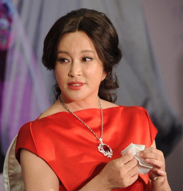 """My nhan dong Vo Tac Thien ngay ay, bay gio hinh anh 6 Từng được báo chí gọi là """"Quốc bảo Trung Quốc"""" vì sự cống hiến hết mình cho nghệ thuật nhưng vụ án trốn thuế năm 2002 khiến tên tuổi của Lưu Hiểu Khánh ít nhiều bị bôi đen. Hiện tại, ngôi sao 65 tuổi chỉ đóng phim truyền hình, vẫn nặng lòng với Võ Tắc Thiên nên trong Nhật nguyệt lăng không (2006) và Võ Tắc Thiên bí sử (2011), bà lại hóa thân hình ảnh vua bà nổi tiếng này."""
