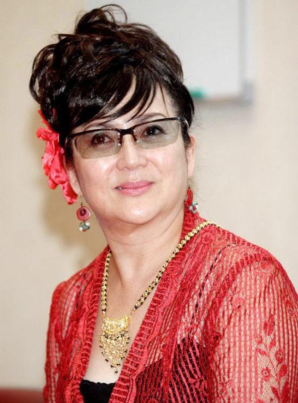 My nhan dong Vo Tac Thien ngay ay, bay gio hinh anh 2 Xuất thân trong gia đình nghệ thuật, đóng phim từ lúc 5 tuổi, đến 15 tuổi đã tham gia hơn 200 tác phẩm, Phùng Bửu Bửu được đánh giá là diễn viên thần đồng được yêu thích nhất ở Hong Kong. Ngoài Võ Tắc Thiên, bà từng thể hiện vai Tây Thi, Dương Quý Phi, Mạnh Khương Nữ… Năm nay 61 tuổi, Phùng Bửu Bửu dành thời gian cho những hoạt động từ thiện, thỉnh thoảng góp mặt với tư cách khách mời trong một vài phim điện ảnh.