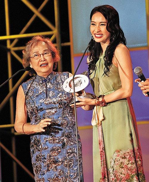 Nhung dien vien TVB co ho hang voi nhau hinh anh 1 Lê Tư là cháu ruột của nữ nghệ sĩ lão thành Lê Tuyên. Tuy cùng đóng phim TVB nhưng 2 cô cháu chỉ vài lần có mặt trong một tác phẩm, gần đây là Lấy chồng giàu sang.