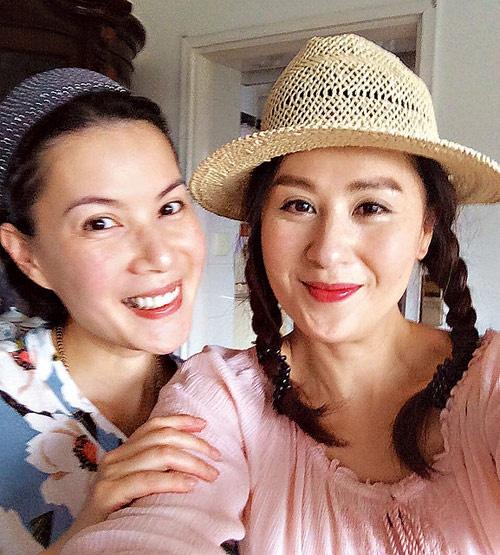 Nhung dien vien TVB co ho hang voi nhau hinh anh 4 Cùng đến với nghệ thuật từ con đường ca hát nhưng 2 chị em Giang Hân Yến (phải) và Giang Hy Văn (trái) lại tạo tên tuổi khi đóng phim. Nếu cô chị nổi tiếng trên màn ảnh nhỏ TVB thì cô em từng là gương mặt được đánh giá cao ở lĩnh vực phim điện ảnh.