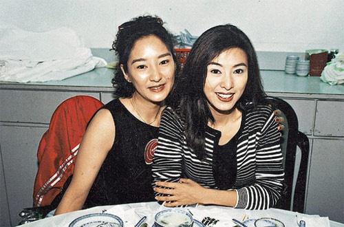 Nhung dien vien TVB co ho hang voi nhau hinh anh 6 Tuyết Lê (trái) - nàng Lý Mạc Sầu kinh điển trong phiên bản Thần điêu đại hiệp 1995 là em gái của nữ diễn viên Mễ Tuyết (phải) - ngôi sao cá tính trong nhiều bộ phim TVB. Tuyết Lê và Mễ Tuyết chỉ là nghệ danh, còn tên thật của họ là Nghiêm Tuệ Minh và Nghiêm Tuệ Linh.