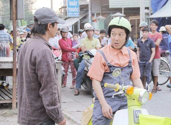 Truong Giang an mac banh bao chay xe om trong phim hinh anh 1 Khn gi bu ng trong mt cnh quay ca L Hi v Trng Giang