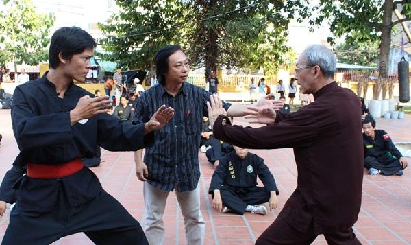 Lao nghe si Hong Kong vao vai cha cua Binh Minh hinh anh 3 Đạo diễn Minh Cao đang thảo luận một cảnh phim với Huỳnh Thụ Đường.
