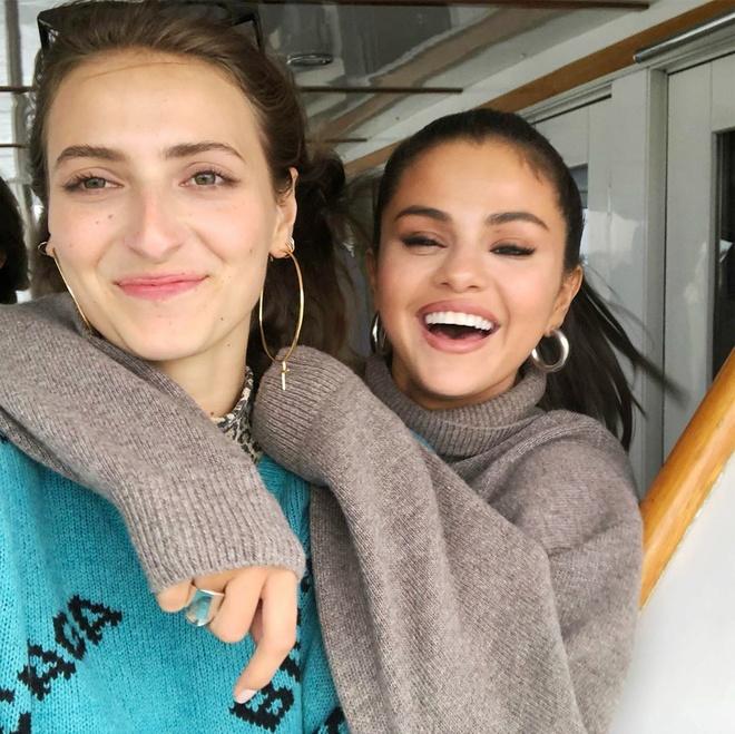 Selena Gomez thich deo khuyen tai tron co gia chi 20 USD hinh anh 6 Selena_chuong_khuyen_tai_tron_6.jpg