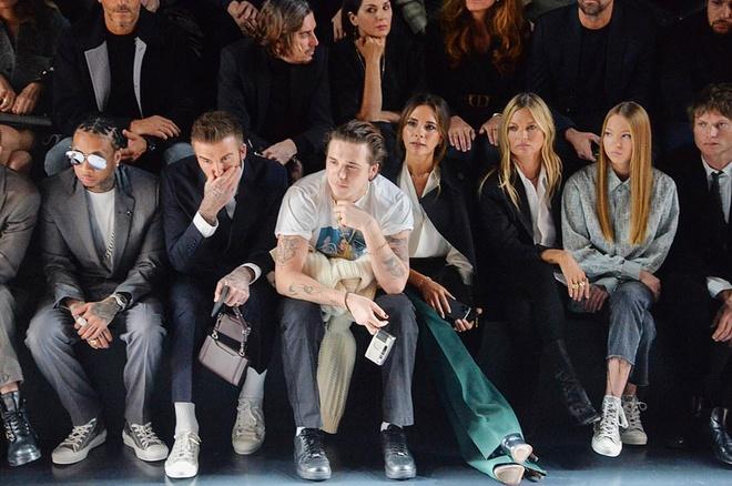 Bella Hadid mac kin bung, Cara Delevingne dien noi y khoe body sexy hinh anh 4 Sao_du_show_Dior_Homme_4.jpg