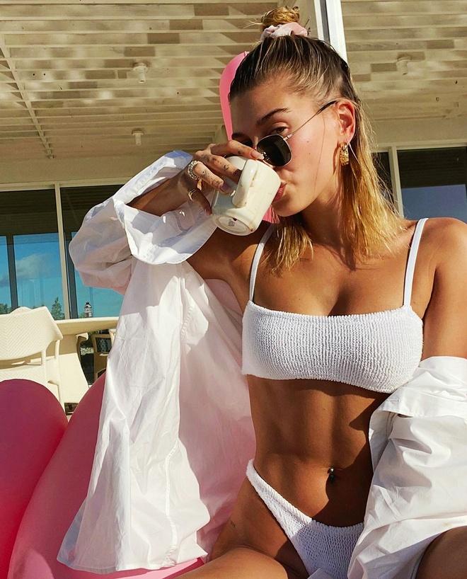 Hailey Bieber thich mac bikini khoe tron than hinh goi cam hinh anh 4 Hailey_dien_bikini_3.jpg