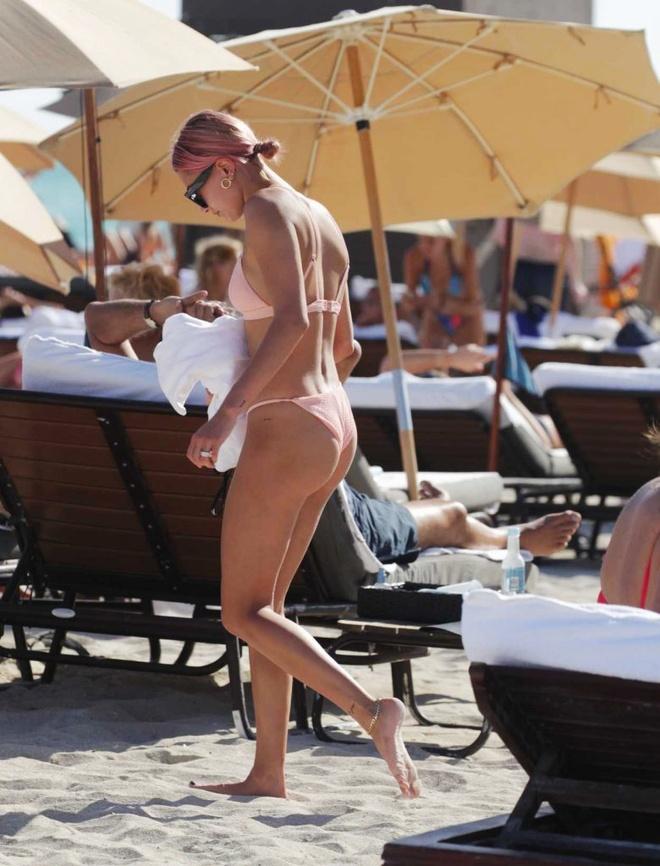 Hailey Bieber thich mac bikini khoe tron than hinh goi cam hinh anh 8 Hailey_dien_bikini_6_2.jpg