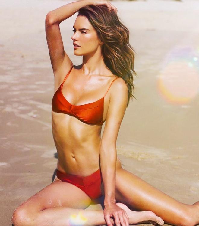 Cuu thien than noi y khoe dang goi cam voi bikini o tuoi 39 hinh anh 4 Alessandra_Ambrosio_mac_bikini_khoe_nguc_3.jpg
