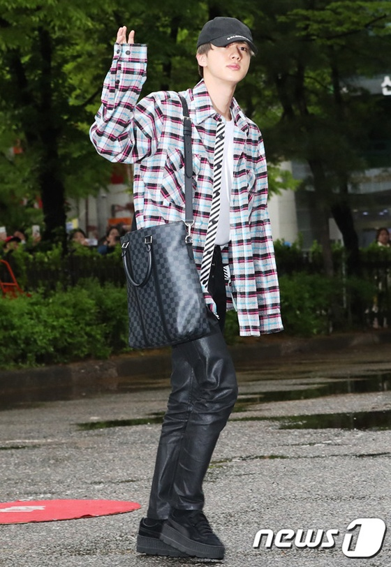 BTS toan deo tui hang hieu ra san bay, co chiec tri gia 5.400 USD hinh anh 11 BTS_dung_tui_xach_hang_hieu_11.jpg