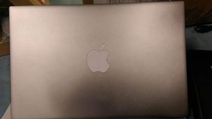 Apple dan logo len laptop Dell bi gui nham hinh anh 2