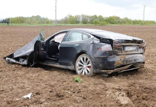 Tesla Model S bay cao 25 met, hanh khach van an toan hinh anh 3