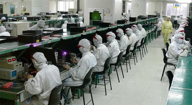 60.000 cong nhan bi thay the boi nguoi may tai Foxconn hinh anh 1