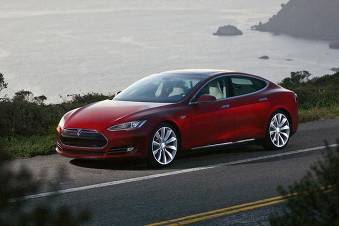 Tesla Model S bat ngo lo kha nang noi tren nuoc hinh anh
