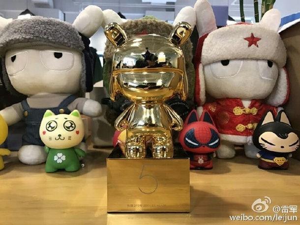 Xiaomi thuong nhan vien tuong tho bang vang dip cuoi nam hinh anh 2