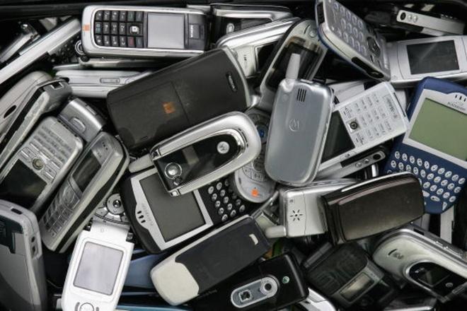 Dien thoai 'dap da' dan tro lai, de doa vi the smartphone hinh anh