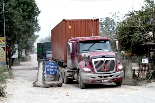 Xe container tron tram thu phi duong 5, pha nat tinh lo hinh anh