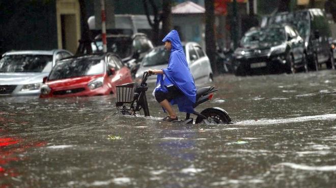 """Đường phố Hà Nội biến thành """"sông"""" sau trận mưa giữa trưa"""