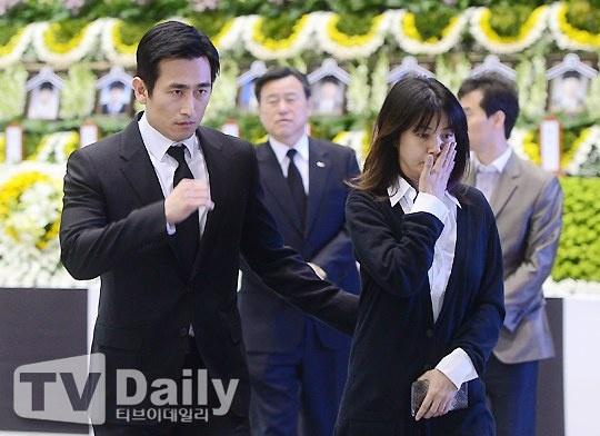 Vo chong tai tu 'Ong trum' tuong niem nan nhan chim pha hinh anh 2 Shin Ae Ra xúc động rơi nước mắt trước thảm cảnh của vụ tai nạn, những người thiệt mạng hầu hết là các học sinh trung học. Chồng cô – Cha In Pyo theo sau cũng đượm buồn.