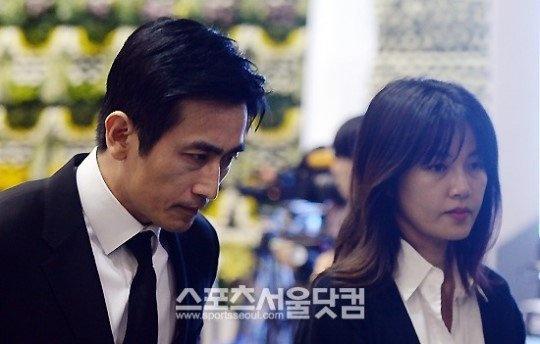 Vo chong tai tu 'Ong trum' tuong niem nan nhan chim pha hinh anh 3 Trước thảm kịch xảy ra, làng giải trí Hàn tạm thời ngưng các hoạt động. Các ca sĩ hoãn ngày trở lại sân khấu, những ngôi sao hủy bỏ hoặc thay đổi lịch trình, đài truyền hình không lên sóng những chương trình giải trí, tất cả đều muốn tỏ lòng thương xót và đồng cảm tới hành khách phà Sewol. Một số các sao như Song Hye Kyo, Ha Ji Won, Kang Dong Won, Yoo Ah In, Jang Geun Suk, Lee Jun Ki,… quyên góp tiền bạc và hiện vật tới thân nhân của những người xấu số.