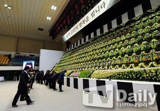 Vo chong tai tu 'Ong trum' tuong niem nan nhan chim pha hinh anh 1 Ngày hôm nay (24/4), Hàn Quốc tổ chức buổi lễ tưởng niệm cho những nạn nhân thiệt mạng trong tai nạn chìm phà Sewol xảy ra vào tuần trước. Buổi lễ được dựng tại phòng tập thể thao của một sân vận động ở thành phố Ansan gồm 1 bàn thờ cúng đặt di ảnh của nạn nhân xấu số. Trong giới giải trí, vợ chồng diễn viên Cha In Pyo – Shin Ae Ra là những người đầu tiên đến viếng.