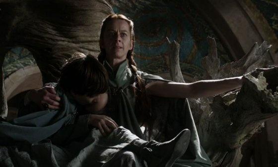 8 khoanh khac gay soc nhat cua 'Tro choi vuong quyen' hinh anh 4 Khi nhân vật Catelyn Stark bắt giải Tyrion tới chỗ chị gái mình ở thung lũng Arryn, cô và khán giả đã được chứng kiến cảnh Lysa Tully đang cho đứa con trai 8 tuổi… bú sữa. Tất nhiên là nó đã làm dấy lên một cuộc tranh cãi khi Game of Thrones mới chỉ đi qua có vỏn vẹn 5 tập phim.