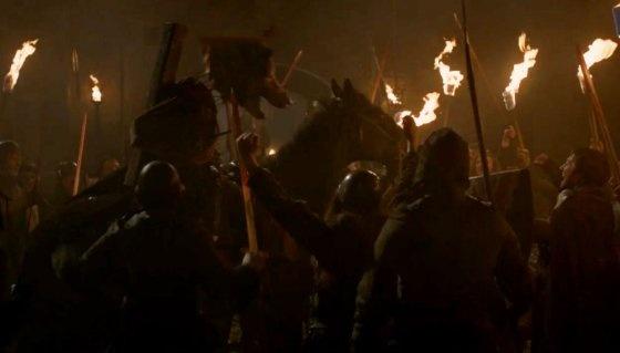 8 khoanh khac gay soc nhat cua 'Tro choi vuong quyen' hinh anh 6 Sau sự kiện Đám cưới đỏ, Robb Stark cùng con sói Gió Xám của vị vua phương Bắc đã bị nhà Frey chặt đầu. Tồi tệ hơn, nhà Frey còn khâu đầu của Gió Xám lên cái xác không đầu của Robb Stark và diễu hành qua lại ngay trước mặt em gái của Robb là Arya Stark.