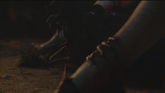 8 khoanh khac gay soc nhat cua 'Tro choi vuong quyen' hinh anh 8 Đó là khi phù thủy Melisandre mang trong mình giọt máu của nhà vua Stannis Baratheon. Lúc hạ sinh, không có một đứa bé nào cất tiếng khóc hết, mà thay vào đó lại là một làn khói đen kì dị mang đủ hình dạng tay chân. Sinh vật vừa được chào đời này bay trong hư không và đến giết chết người em trai Renly của Stannis. Đây là một trường đoạn hết sức ghê rợn.