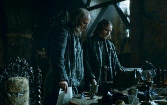 8 khoanh khac gay soc nhat cua 'Tro choi vuong quyen' hinh anh 9 Thủ lĩnh của nhà Greyjoy và là Chúa tể đảo Sắt, Balon Greyjoy, nhận được một kiện đồ bí ẩn ở tập cuối cùng của mùa thứ ba. Bên trong đó là… dương vật của người con trai ông, Theon Greyjoy.