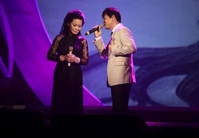 Thu Phuong om chat Khanh Ly tren san khau hinh anh 6