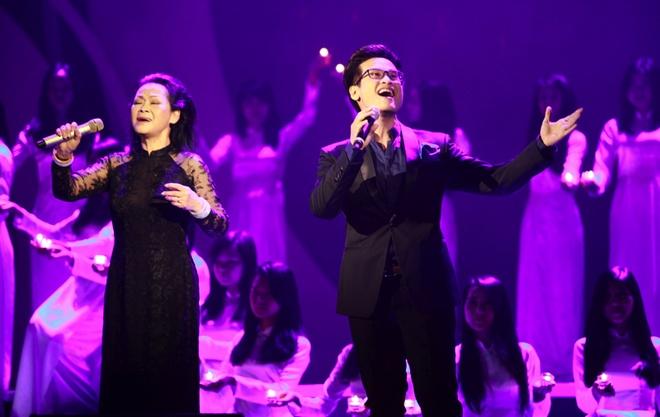 Thu Phuong om chat Khanh Ly tren san khau hinh anh 8