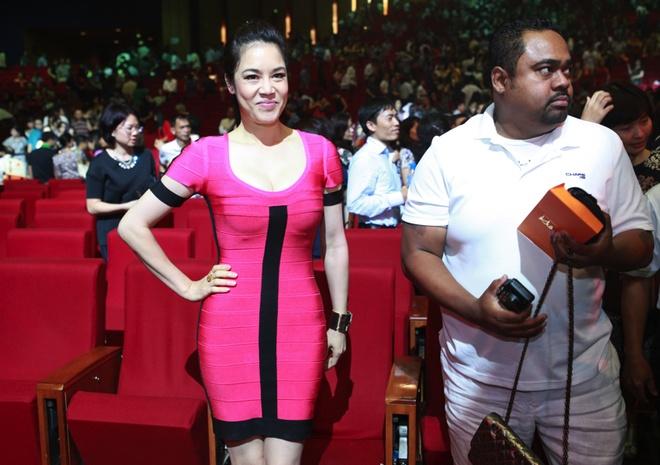 Thu Phuong om chat Khanh Ly tren san khau hinh anh 1