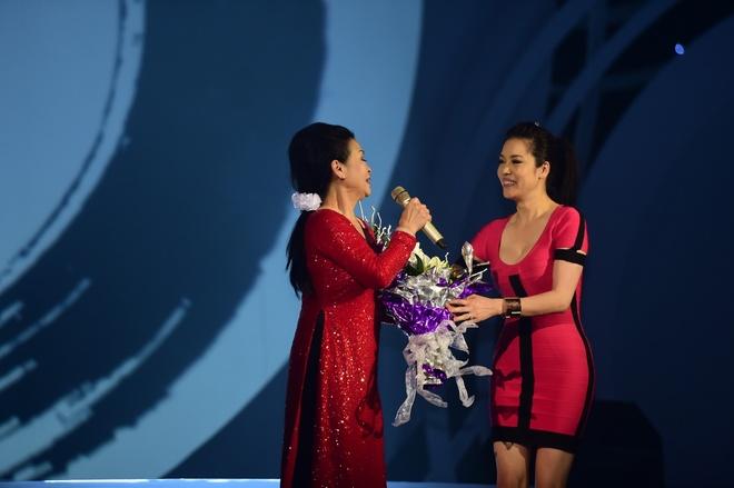 Thu Phuong om chat Khanh Ly tren san khau hinh anh 3