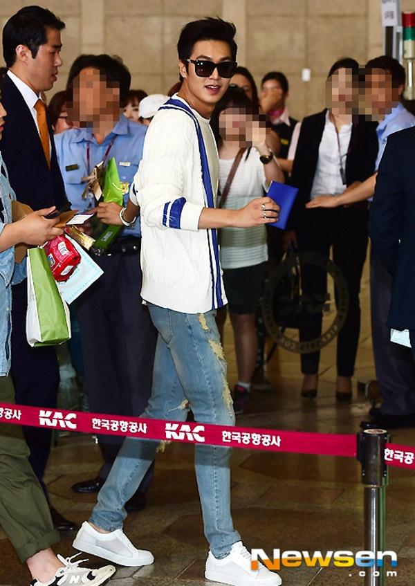 Ngày hôm nay (15/6), Lee Min Ho có mặt ở sân bay Gimpo đáp chuyến bay tới Bắc Kinh, Trung Quốc để chuẩn bị tham dự buổi họp fan sẽ diễn ra vào ngày 16/6.