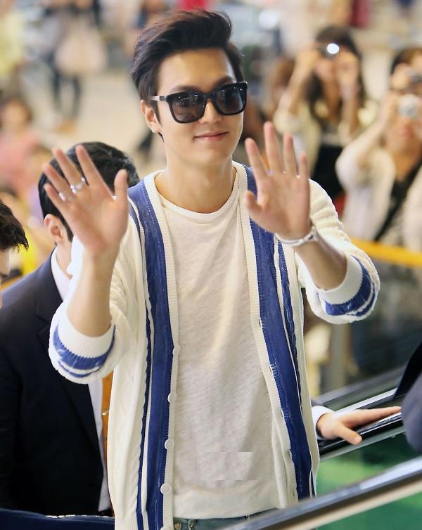 Mỹ nam The Heirs gây chú ý bởi vẻ điển trai, anh diện áo thun và áo khoác nhẹ màu trắng, quần jeans rách phủi bụi và giầy thể thao. Trong lần xuất hiện mới, Lee Min Ho thay đổi kiểu tóc ngắn và trẻ trung, hiện đại hơn trước.