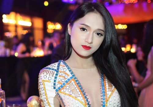 Huong Giang Idol dien bodysuit khoet sau nguc don World Cup hinh anh