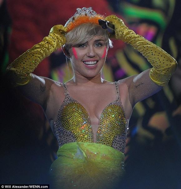 Miley Cyrus vo tu gia hut can sa truoc hang nghin khan gia hinh anh 4