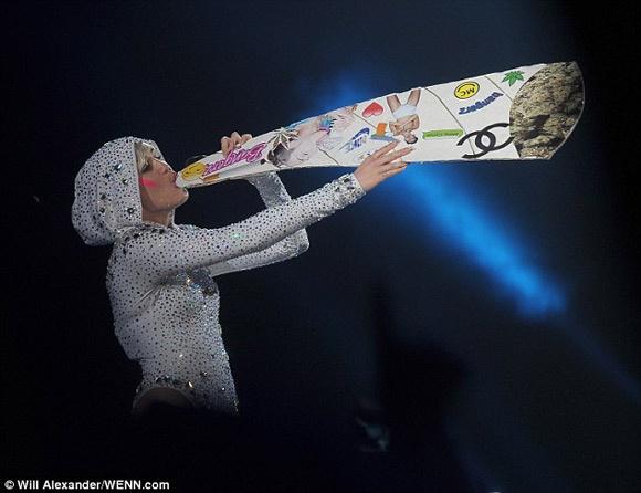 Miley Cyrus vo tu gia hut can sa truoc hang nghin khan gia hinh anh 1